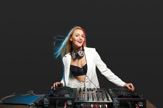 Красивая блондинка dj девушка на палубе Бесплатные Фотографии