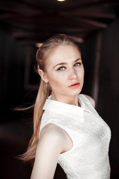 歩行者トンネルの美しいブロンドの女の子。女性の陰気で神秘的なイメージ Premium写真