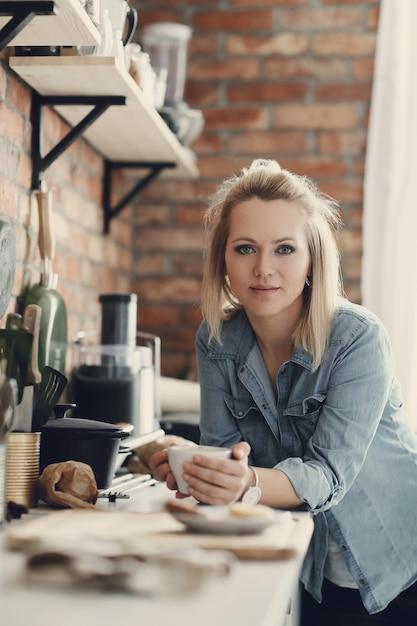 自宅で美しいブロンドの女性 無料写真