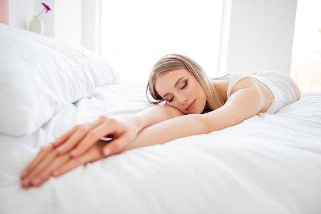 Красивая блондинка в постели Premium Фотографии