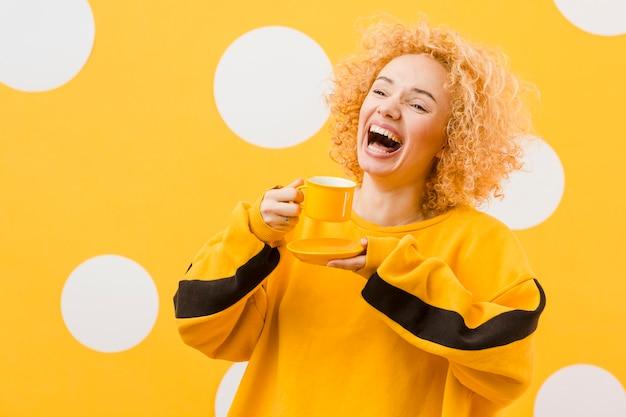 Красивая блондинка улыбается Бесплатные Фотографии