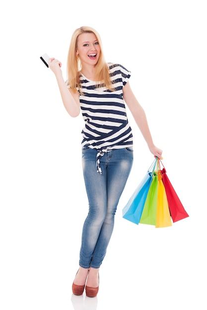 Bella donna bionda con borse della spesa e carta di credito Foto Gratuite