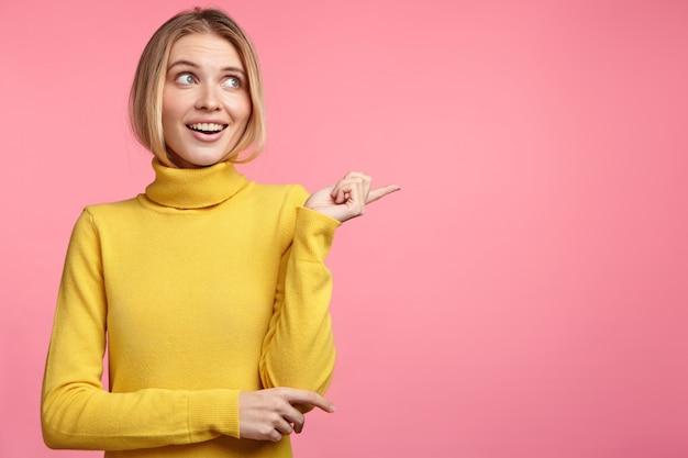 Красивая блондинка с желтой водолазкой Бесплатные Фотографии