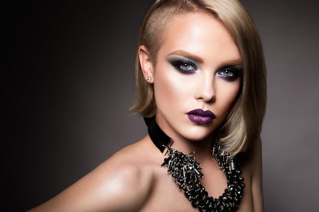 美しいブロンディ女性 Premium写真