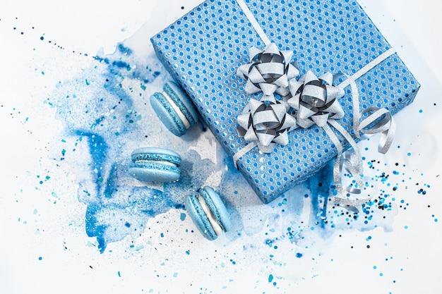 Красивая синяя подарочная коробка на акварели, стильный креатив. Бесплатные Фотографии