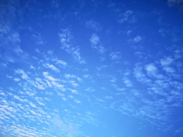 Красивое голубое небо и пушистые облака в солнечный день Premium Фотографии