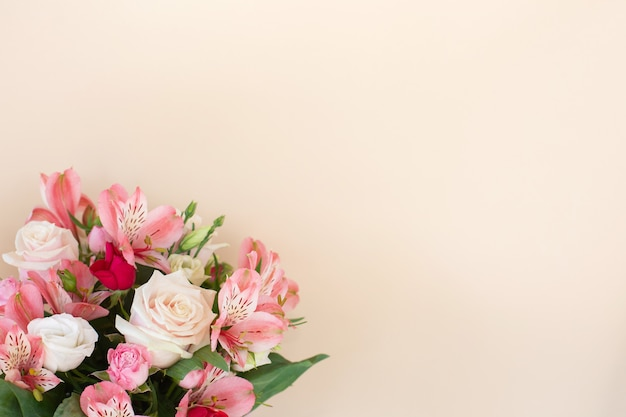 Красивый букет из цветов розы и альстромерий на светлом фоне. концепция поздравительной открытки. стильная флористическая композиция. копировать пространство Premium Фотографии