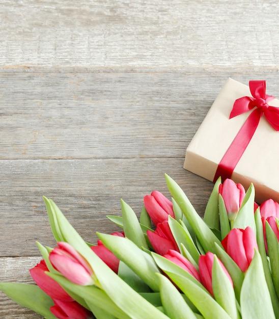 Красивый букет из тюльпанов и подарочной коробки Бесплатные Фотографии