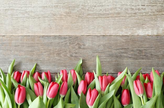 木製の背景にチューリップの美しい花束 無料写真