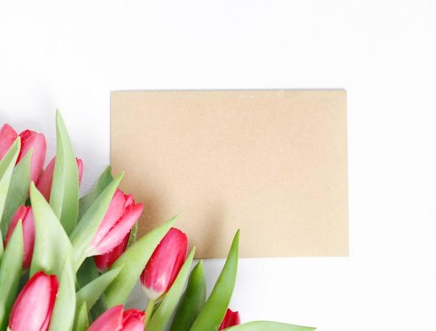 空白のグリーティングカードとチューリップの美しい花束 無料写真