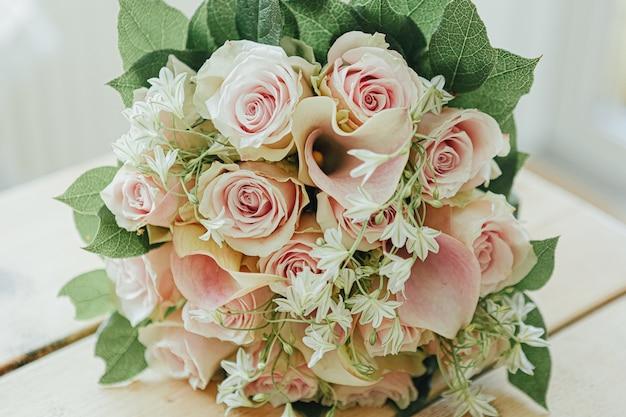 Красивый букет с розовыми розами и зелеными листьями Бесплатные Фотографии