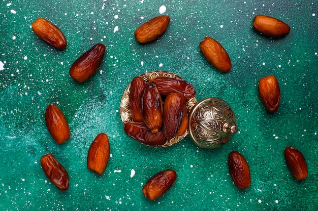 Красивая чаша, полная финиковых фруктов, символизирующих рамадан, вид сверху Бесплатные Фотографии