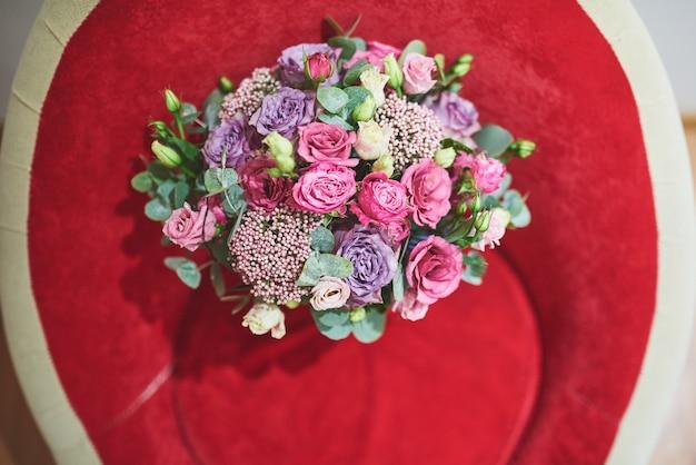 Красивый букет невесты перевязан шелковыми лентами и кружевом с ключиком в форме сердца. Бесплатные Фотографии