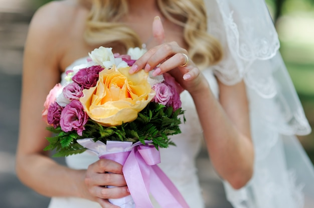 Beautiful bridal bouquet with roses Premium Photo