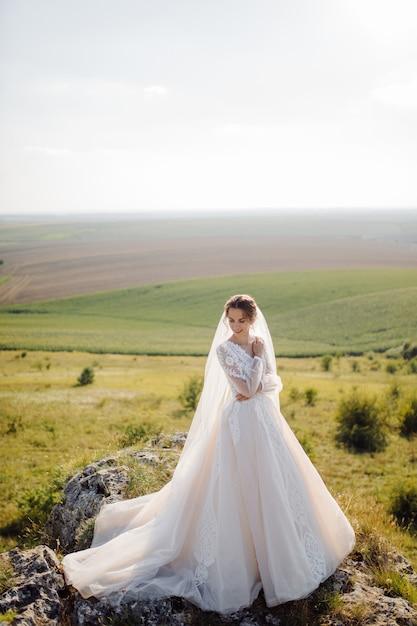 Красивая невеста в белом представлять платье. Бесплатные Фотографии