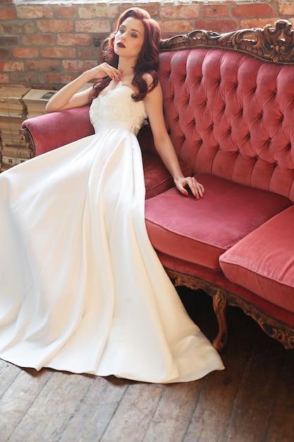白いウェディングドレスの美しい花嫁 無料写真
