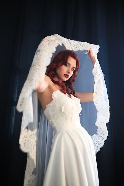 Красивая невеста в белом свадебном платье Бесплатные Фотографии