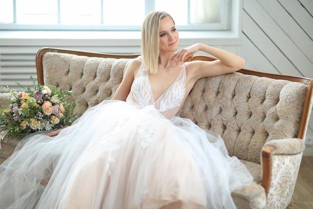 Bella sposa in un abito da sposa Foto Gratuite