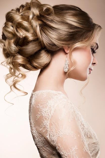 Красивая невеста с модной свадебной прической Premium Фотографии