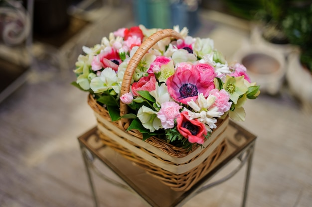 Beautiful brown vintage basket of pink and white flowers Premium Photo