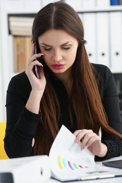Красивая брюнетка улыбается предприниматель говорить мобильный телефон Premium Фотографии