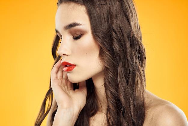 벌 거 벗은 어깨와 고립 된 밝은 화장과 아름 다운 갈색 머리 프리미엄 사진