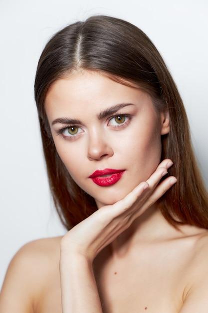 Красивая брюнетка женщина с красными губами Premium Фотографии