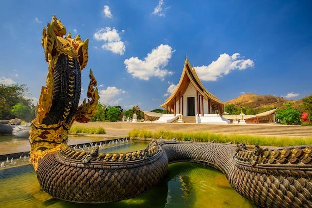 Красивый буддийский храм в провинции пхетчабун Premium Фотографии