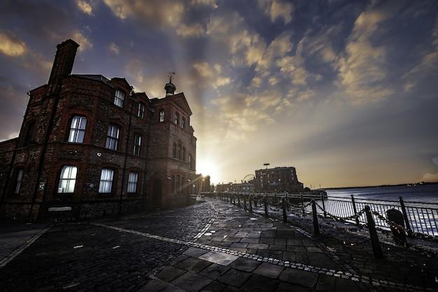 Bellissimo edificio vicino al mare a liverpool durante il tramonto Foto Gratuite