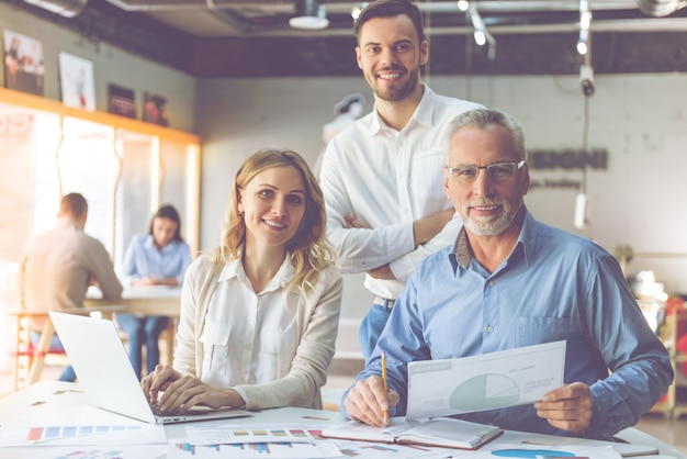 Beautiful business people in shirts are using a laptop. Premium Photo