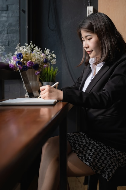Beautiful businesswoman holding pen and using digital tablet device. Premium Photo