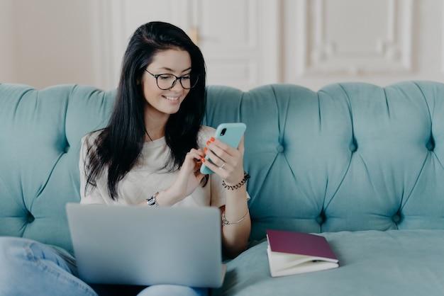 Красивая деловая женщина с блокнотом Premium Фотографии