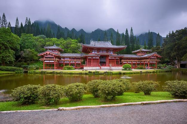 美しい平等院-寺院の谷、オアフ島、ハワイ、米国のコオラウ山脈のある寺院 Premium写真