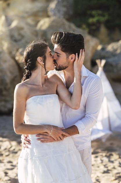 Belle coppie caucasiche che baciano sulla spiaggia Foto Gratuite