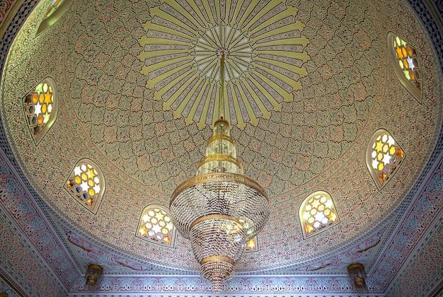 大きなシャンデリアとヴィンテージの窓のあるイスラム、イスラム教スタイルの美しい天井 無料写真