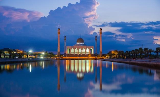 Красивая центральная мечеть сонгкхла в таиланде. Premium Фотографии
