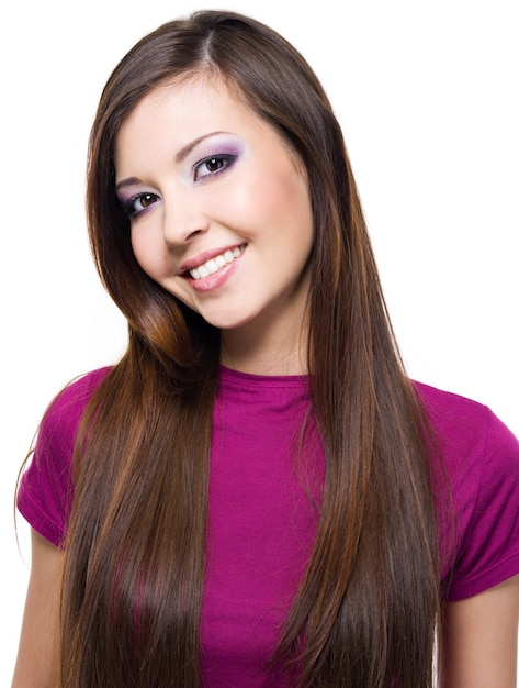 白で隔離される長いストレートの髪を持つ美しい陽気な女性 無料写真