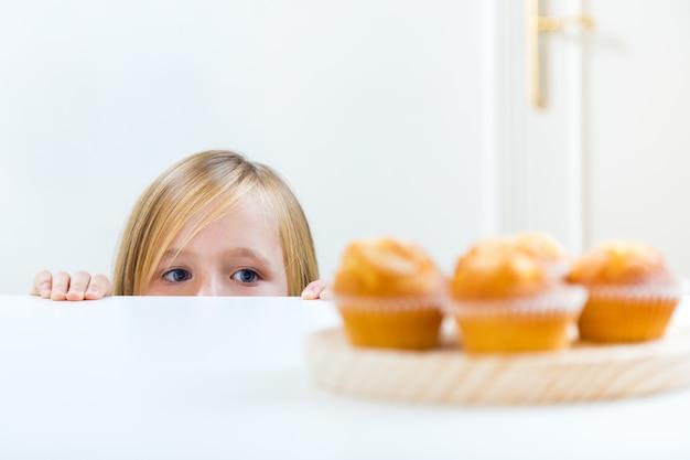 Красивый ребенок за завтраком у себя дома. Бесплатные Фотографии