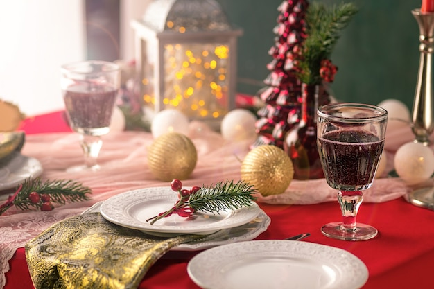 Красивая рождественская сервировка с украшениями Бесплатные Фотографии