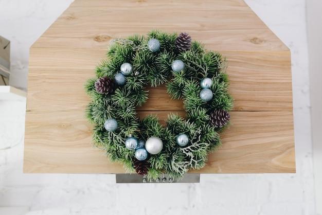 美しいクリスマスリース、居心地の良いモダンなお祭りのインテリアデザイン要素 Premium写真