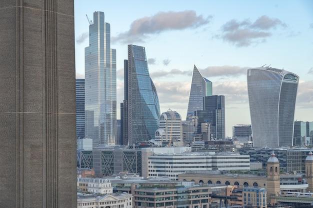 Красивый городской пейзаж с современными зданиями и небоскребами в великобритании Бесплатные Фотографии