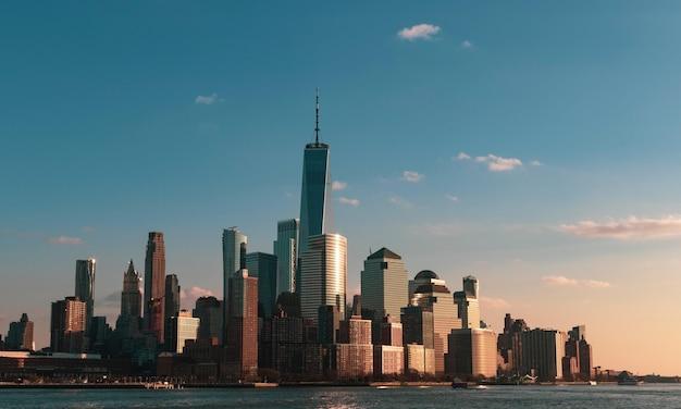 Красивый городской пейзаж с высокими небоскребами на берегу моря в нью-йорке, сша Бесплатные Фотографии