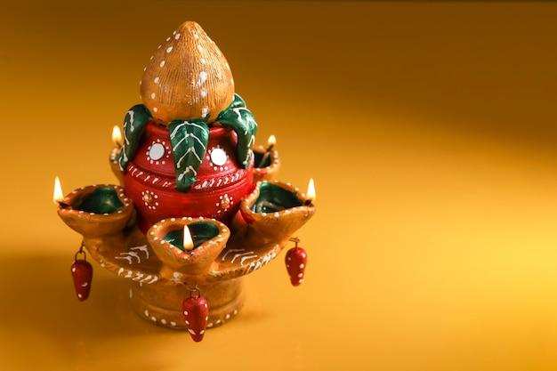 ディワリ祭のための美しい粘土オイルランプ Premium写真