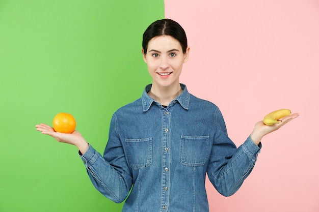 Bellissimo ritratto del primo piano di giovane donna con la frutta. concetto di cibo sano. Foto Gratuite