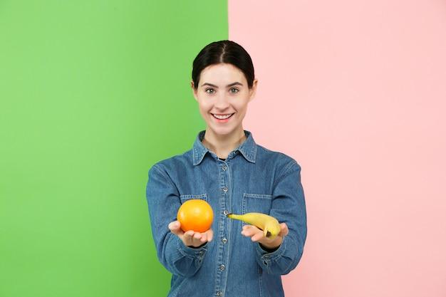 Bello ritratto del primo piano di giovane donna con i frutti. Foto Gratuite