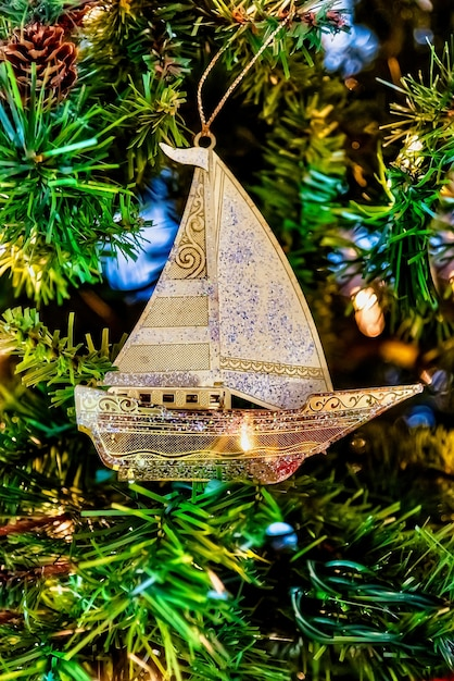 조명 크리스마스 트리에 황금 범선의 아름다운 근접 촬영 무료 사진