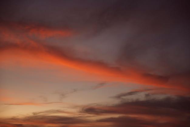 Красивое затуманенное ночное небо с красными оттенками Бесплатные Фотографии