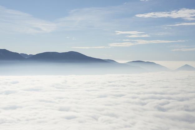 Bella cloudscape sotto le alpi svizzere in ticino, svizzera. Foto Gratuite