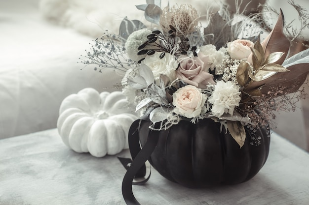 Bella composizione di fiori all'interno della stanza Foto Gratuite