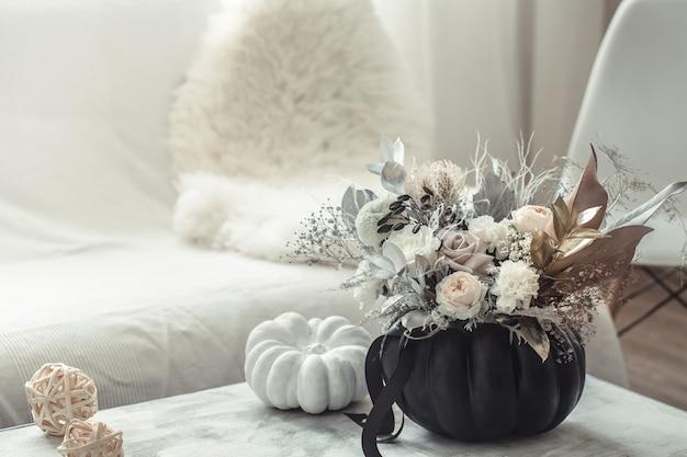 Красивая композиция из цветов в интерьере комнаты. Бесплатные Фотографии